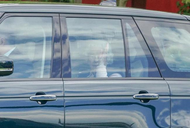 Nữ hoàng Anh ăn mặc giản dị trong lần đầu đến thăm chắt trai mới sinh - 2