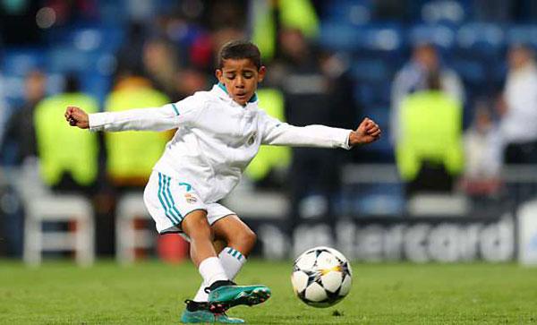 Con trai đầu lòng của C. Ronaldo được bố cho xuống sân sau khi tiếng còi kết thúc trận bán kết lượt về Champions League giữa Real và Bayern Munich trên sân Bernabeu vang lên.