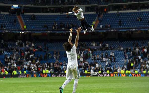 Trong khi đó, Marcelo phấn khíc tung con trai thứ hai lên cao sau khi trận đấu kết thúc.