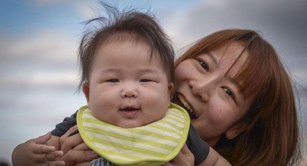 Daichichi và con trai 6 tháng tuổi. Ảnh: SoraNews24.