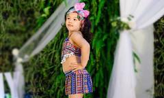 Con gái Jennifer Phạm lần đầu mặc bikini đi catwalk