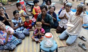 Người dân Thái Lan thờ xác lợn hai đầu để cầu trúng số
