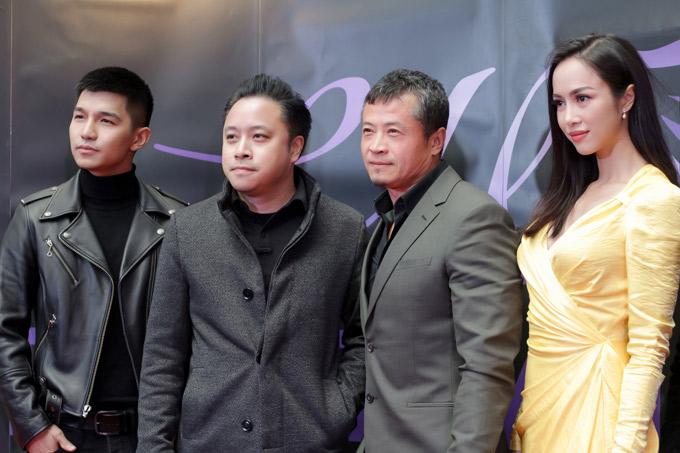 Đạo diễn Victor Vũ (thứ hai từ trái qua) cùng một số thành viên khác của đoàn phim Lôi báo cũng có mặt trong chuyến đi này.