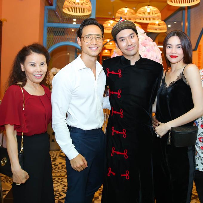 Hồ Ngọc Hà đi cùng mẹ và bạn trai - diễn viên Kim Lý đến chúc mừng Lý Quí Khánh, tối 2/5. Cặp đôi mới về đến Sài Gòn sau chuyến lưu diễn miền Trung.