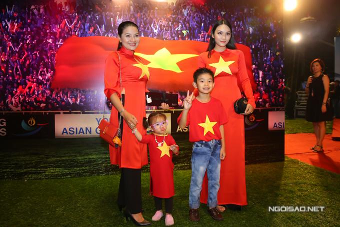 Kiều Trinh cùng ba con gây chú ý khi mặc áo đỏ mang biểu tượng cờ tổ quốc tới buổi công chiếu phim điện ảnh 11 niềm hy vọng.
