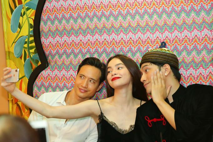 Ngoài đời, Hồ Ngọc Hà và Lý Quí Khánh rất thân thiết. Nữ ca sĩ gần như chỉ mặc trang phục do Lý Quí Khánh thiết kế. Gần đây, họ còn hợp tác mở cửa hàng hoa cao cấp.
