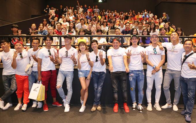Các diễn viên Huy Khánh, Quang Hòa, Song Luân... cũng diện đồng phục áo thun trắng giao lưu cùng người hâm mộ.