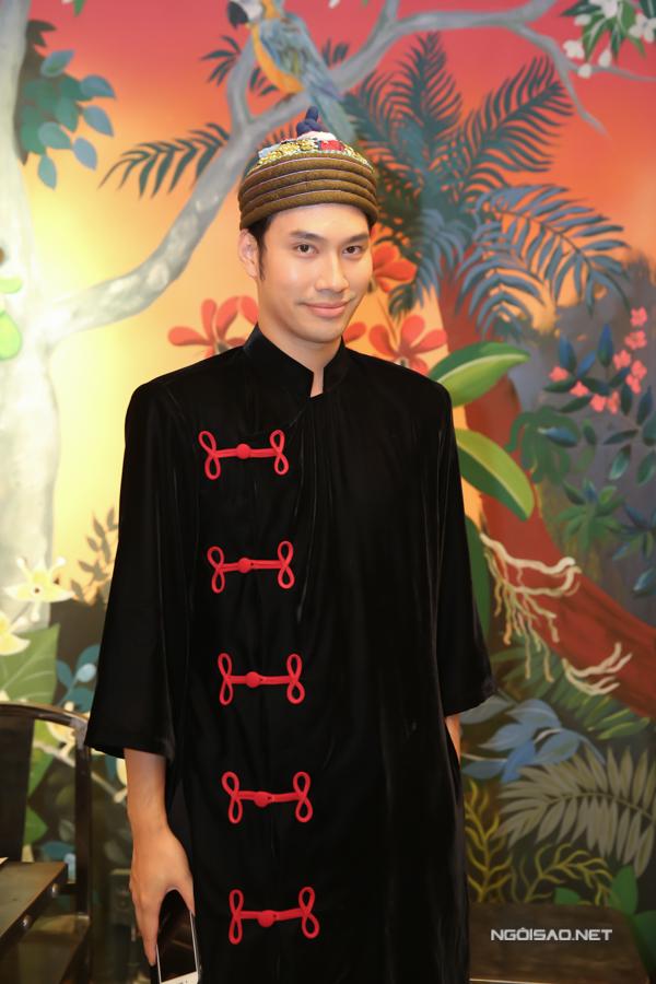 Lý Quí Khánh là một trong những nhà thiết kế nổi tiếng nhất hiện nay ở TP HCM. Sau khi thành công với việc kinh doanhthời trang và hoa tươi, anh quyết định lấn sân sang lĩnh vực ẩm thực. Nhà thiết kế chia sẻ, anh tự tay thiết kế, trang trí quán để cố gắng làm hài lòng những vị khách khó tính nhất.