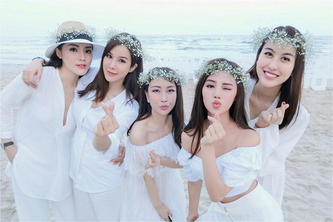Từ trái sang phải: Hoa hậu Kỳ Duyên, người đẹp Diệp Lâm Anh, Lam Cúc, Hoa hậu Jolie Nguyễn, hot girl Hà Lade tạo dáng chụp ảnh cùng chủ nhân bữa tiệc.