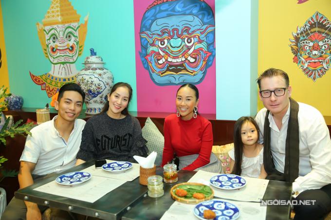 Cặp đôi hội ngộ gia đình ca sĩ Đoan Trang.
