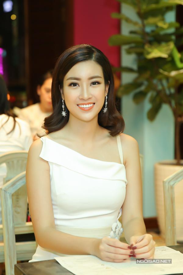 Hoa hậu Việt Nam 2016 Đỗ Mỹ Linh khoe vai trần trước ống kính.