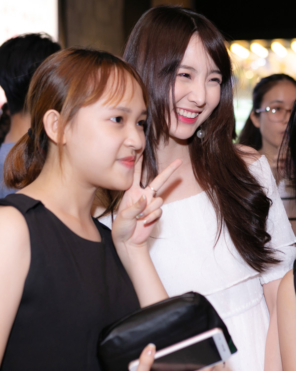 Mỹ nhân xứ chùa vàng vui vẻ chụp ảnh cùng các fan nữ ở rạp phim.