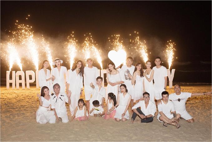 Lam Cúclưu lại khoảnh khắc vui vẻ, hạnh phúc cùnganh em, bạn bè thân thiết trên bãi biển sau bữabuổi tối. Ngoài bữa tiệc sinh nhật mừng tuổi mới của Lam Cúc, đây còn là dịp để chia tay cuộc sống độc thân của nữ diễn viên, MC Diệp Lâm Anh.