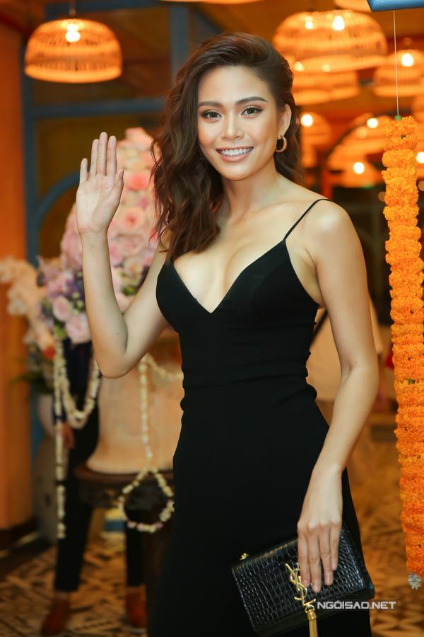 Á hậu 2 Hoa hậu Hoàn vũ Việt Nam 2017 Mâu Thủy khoe vẻ bốc lửa trong bộ váy dây xẻ ngực sâu.