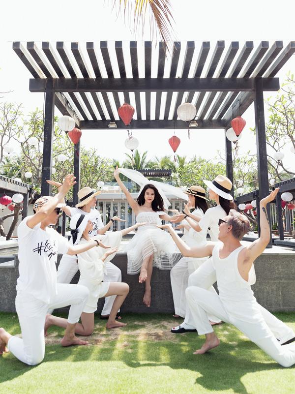 Bạn bè, đồng nghiệp đều mừng cho nữ ca sĩ cưới được chồng trẻ, đẹp trai, giàu có.