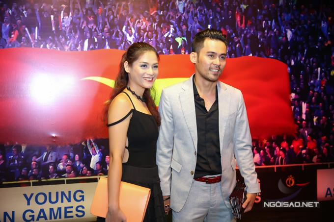 Diễn viên Lâm Minh Thắng tình tứ nắm tay bà xã xinh đẹp đi xem phim.