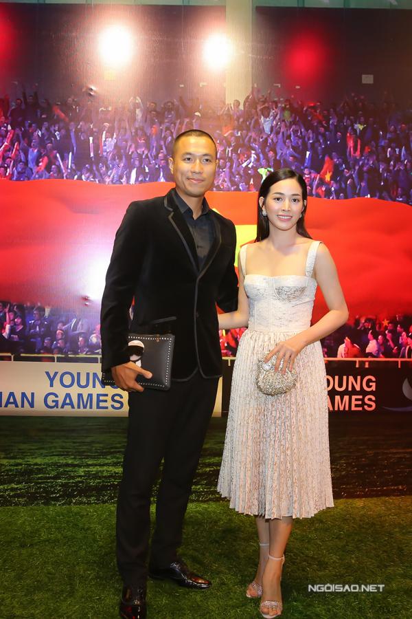 Diễn viên Quang Hòa chụp ảnh cùng người đẹp Mai Thanh Hà.