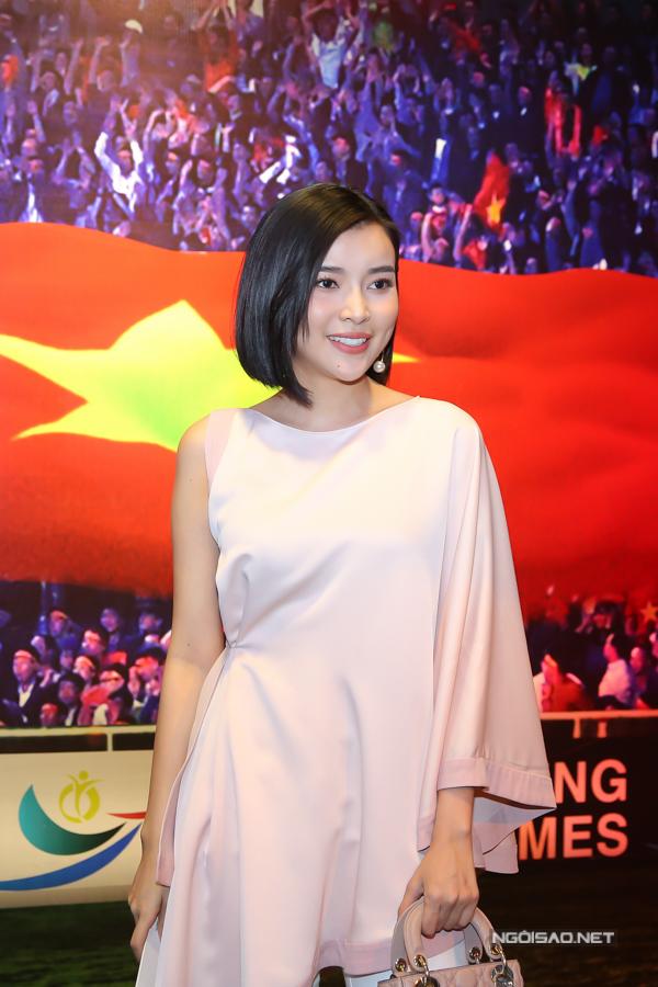 Cao Thái Hà trông khác lạ khi để tóc ngắn.