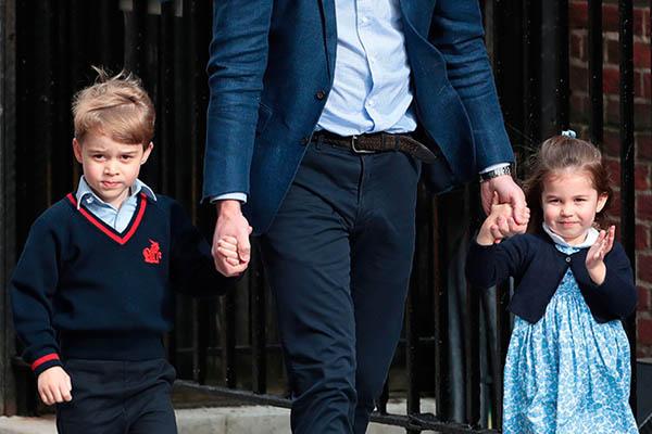 Charlotte vẫy tay chào người hâm mộ hôm 23/4 khi được bố dẫn đến bệnh viện thăm em trai mới sinh. Ảnh: Hello.