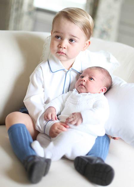 Hoàng tử George bế Charlotte trong ảnh mừng cô bé chào đời hồi tháng 5/2015. Ảnh: Hello.