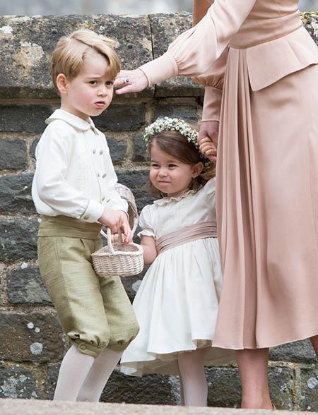 George và Charlotte làm phù rể, phù dâu ở đám cưới dì Pippa hồi tháng 5/2017. Ảnh: Hello.