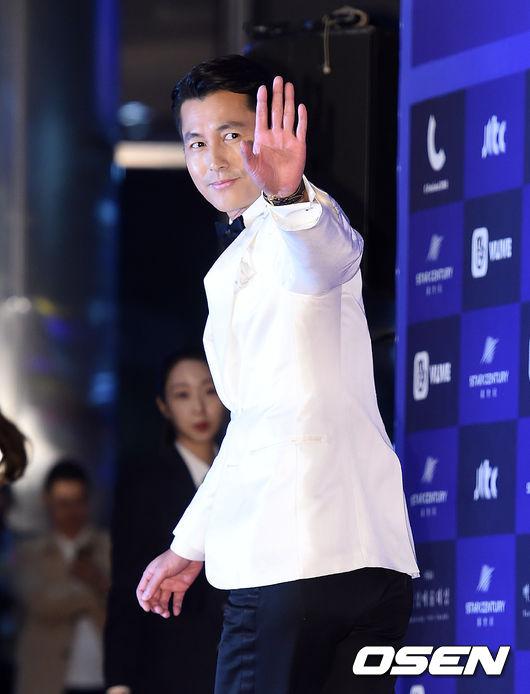 Cặp chịđẹp Son Ye Jin - Yoo tình tứ sánh vai trên thảmđỏ - 12
