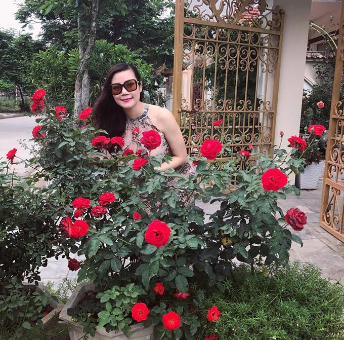 Từ ngoài cổng nhà đến phía sân trước của ngôi nhà chị Mai Linh (36 tuổi, Hòa Bình) đều được trồng kín các loại hoa hồng.