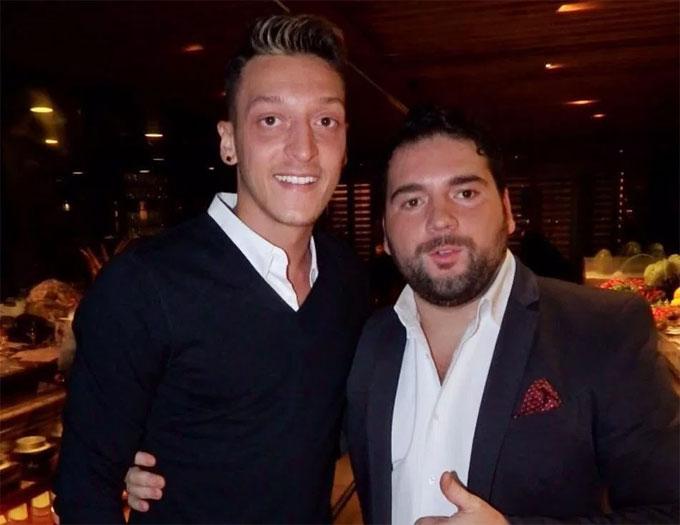 Ozil chụp ảnh cùng quản lý nhà hàng.