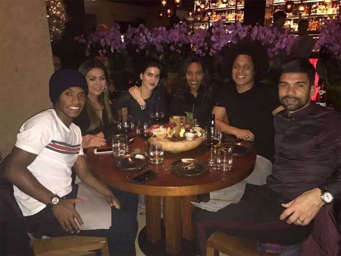 Tiền vệ Willian của Chelsea đưa bạn bè tới nhà hàng nổi tiếng.