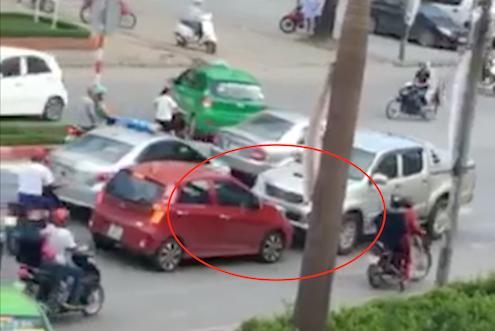 Chiếc xe bán tải do Sơn điều khiển chặn đầu xe ô tô 4 chỗ màu đỏ (khoanh vòng đỏ) đi đúng làn đường. Ảnh: Cắt từ video.