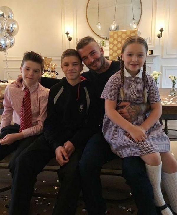 Becks chụp ảnh cùng ba con là Romeo, Cruz và Harper trong