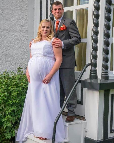 Abbie ôm bụng bầu khệ nệ trong đám cưới vào ngày 13/10/2017. Ảnh: The Sun.