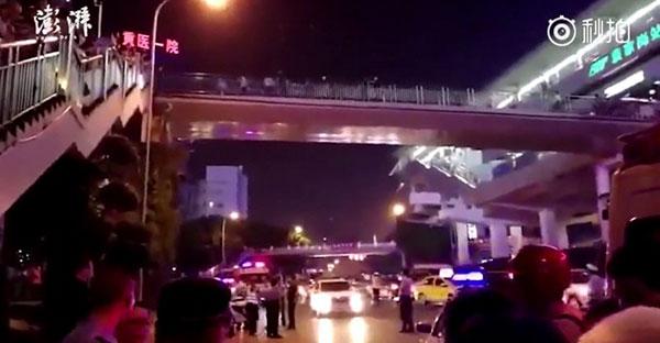 Cây cầu đi bộ cho người sang đường - nơi xảy ra vụ việc. Ảnh: The Paper.