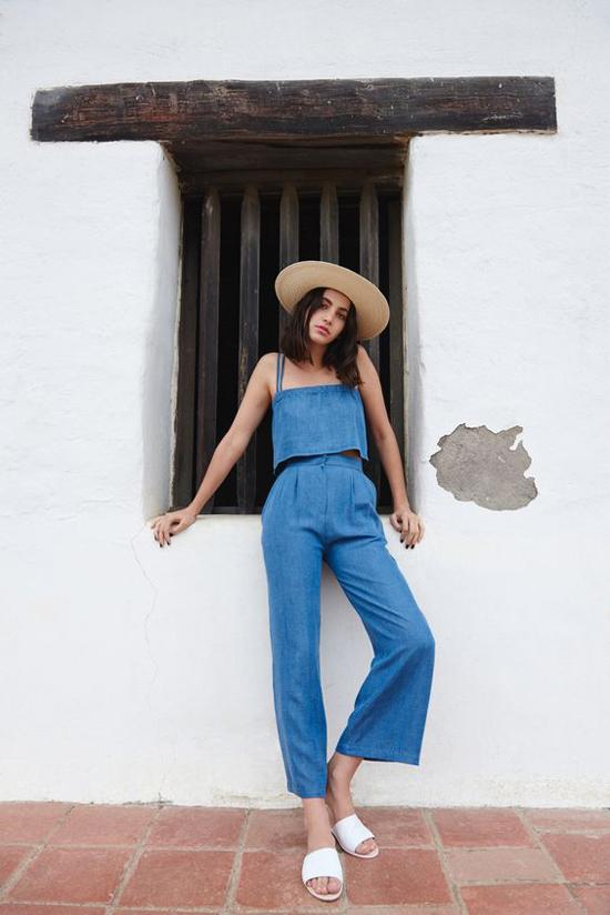 Nếu bạn thích phong cách thời trang phang thời tiết thì vẫn có thể dùng các mấu bốt cổ cao ở mùa này. Ngược lại, khi muốn thể hiện sự tinh tế thì nên chọn các kiểu phụ kiện ăn nhập với tiết trời mùa nóng.