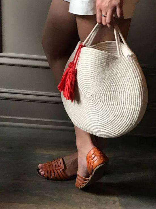 Dép da đan xuất hiện trở lại và được nhiều bạn gái chọn lựa để phối cùng các kiểu short ngắn trẻ trung, quần lửng cá tính hợp mùa.