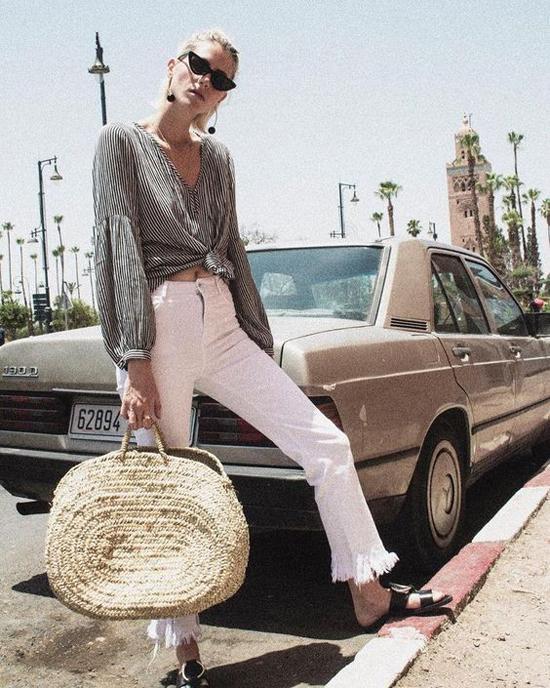Thay vì nét kiểu cách và sang chảnh khi lên đồ thu đông, các fashionista hướng đến sự phóng khoáng, đơn giản cho set đồ ngày hè.