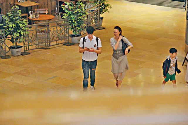 Hoa hậu ATV Hàn Quân Đình cùng một chàng trai trẻ dạo chơi trong khuPacific Place, Hong Kong hôm cuối tuần trước. Ngoại tứ tuần nhưng diễn viên Hong Kong ăn mặc trẻ trung, tóc bới cao, gương mặt trang điểm đậm. Sánh bước bên cô là một thanh niên xấp xỉ 30, gương mặt sáng sủa, anh vừa đi vừa trò chuyện với cô vui vẻ.