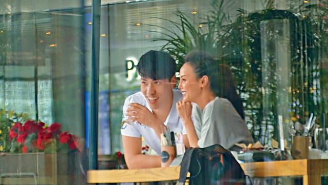 Một nguồn tin hé lộ, Hàn Quân Đình và chàng trai 28 tuổi đang yêu nhau. Bạn trai của Hoa hậu vừa trở về nước sau thời gian học tập tại Anh, hiện anh hoạt động trong làng giải trí và đang là dẫn chương trình cho một đài tại Hong Kong.