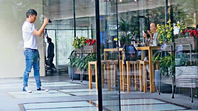 Hàn Quân Đình trang điểm trước khi bạn trai chụp hình cho cô.