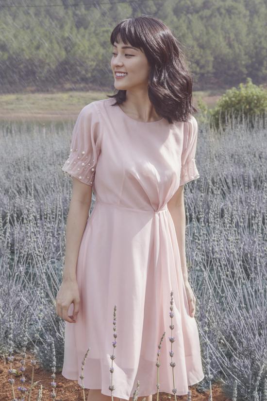 Kết hợp cùng các loại vải đề cao sự thoái mái trong tiết trời mùa hè là các kiểu váy mang hơi hướng cổ điển như đầm xòe, váy thắt eo, chân váy midi.