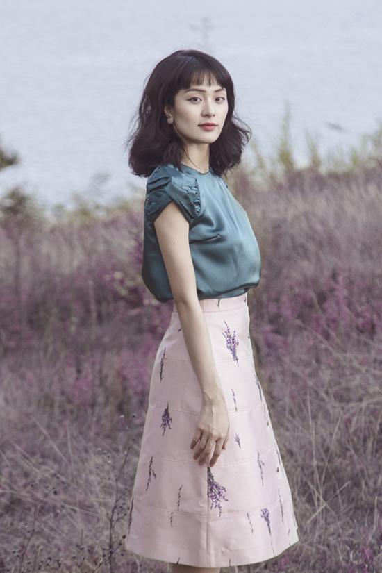 Chân váy midi tiện lợi trong việc mix đồ được làm mới bằng cách trang trí họa tiết hoa oải hương cùng biến tấu nhẹ nhàng cho phom dáng.