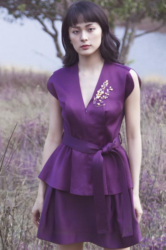 Bên cạnh việc khai thác tối đa họa tiết in, nhà mốt Việt còn sử dụng kỹ thuật đính kết để trang trí cho các kiểu váy thanh lịch.