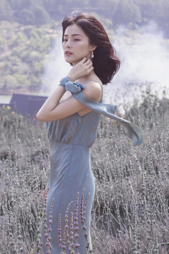 Váy hai dây trở nên điệu đà hơn nhờ cách bố trí dải nơ bay bổng trên cùng một chất liệu với trang phục.