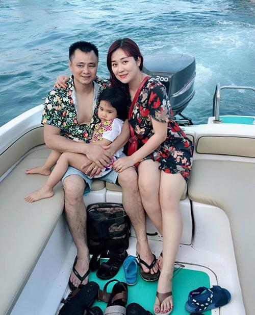 Gia đình Tự Long diện đồng phục hoạ tiết hoa rực rỡ trong chuyến du lịch biển.