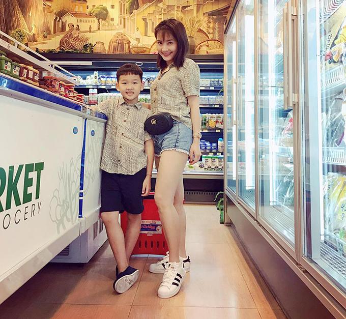 Hai mẹ con Bảo Thanh cũng mặc áo sơ mi đôi, cùng nhau đi siêu thị. Cậu bé đã cao lớn gần bằng mẹ.
