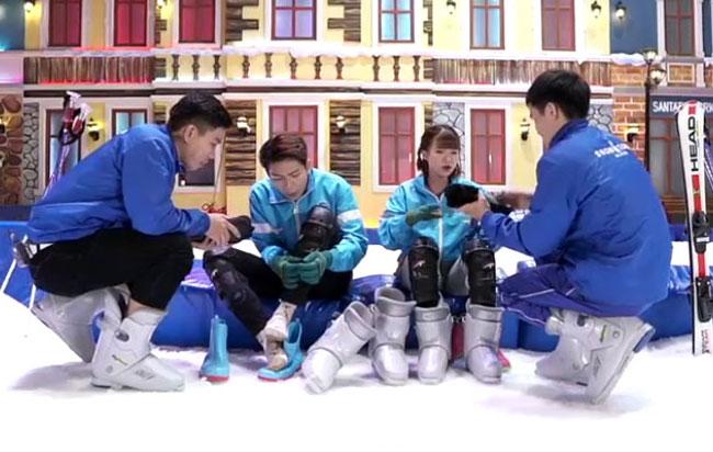 Cặp đôi đã có nhữnggiờ phút vui chơi và thực hành trượt tuyết dưới sự hướng dẫn của hai huấn luyện viêntạ Snow Town Sài Gòn, lầu 3-4 Tòa nhà The CBD Premium Home, 125 Đồng Văn Cống, phường Thạnh Mỹ Lợi, quận 2, TP HCM.