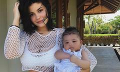 Kylie Jenner đưa con gái 3 tháng tuổi đi tắm biển Caribbe