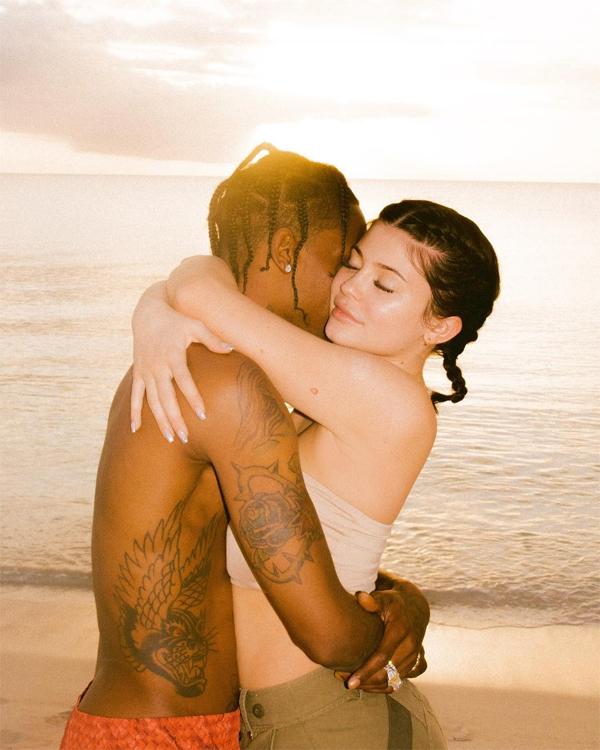 Cuộc tình của Kylie và rapper 27 tuổi đến nhanh chóng ngay sau khi cô út nhà Kardashian chia tay ca sĩ gốc Việt Tyga. Và cũng rất thần tốc, Kylie có bầu vào tháng 5/2017 rồi sinh con khi mới 20 tuổi. Bạn trai đã luôn ở bên hỗ trợ, động viên Kylie trong suốt quá trình cô mang thai và chăm con nhỏ.