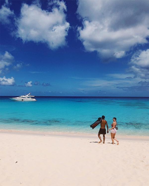 Kylie và rapper Travis Scott tận hưởng kỳ nghỉ riêng tư ở hòn đảo thơ mộng. Cặp sao đã hẹn hò tròn một năm.