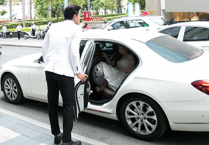 Mai Tài Phến ga lăng mở cửa xe hơi, đỡ Hương Tràm lên xuống khi đưa cô đi sự kiện, chiều 3/5.